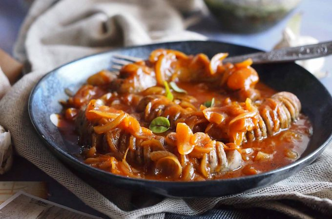 Biała kiełbasa ze słodko-pikantną cebulą / Sausage with sweet and spicy onion
